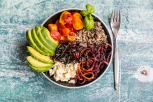 veggie bowl, Quinoa tricolore, Karottenspiralen, Fetakäse, Tomaten, Avocado, Mangold, Studio